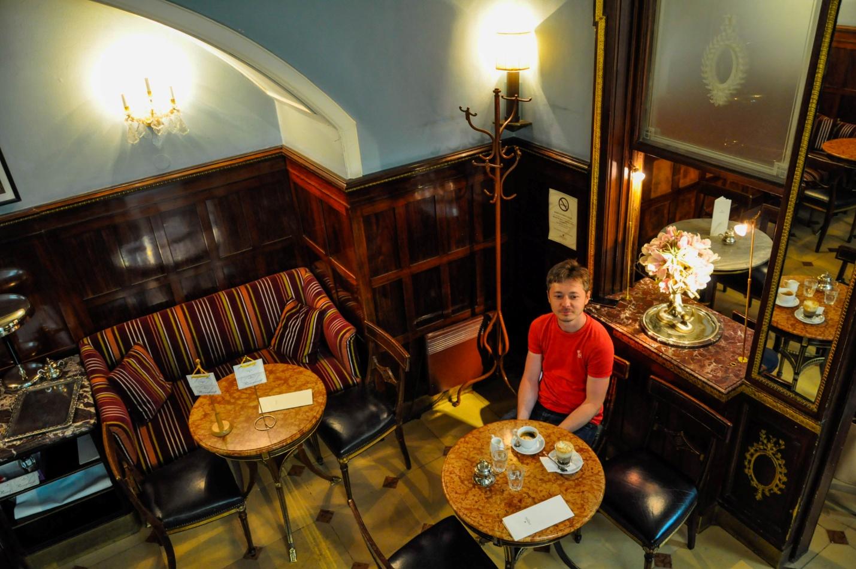Калушевич внутри кофейни Демель. Travel-Bug club