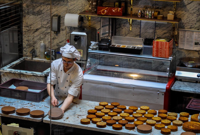 Приготовление торта Захер в кофейне Демель. Вена, Австрия