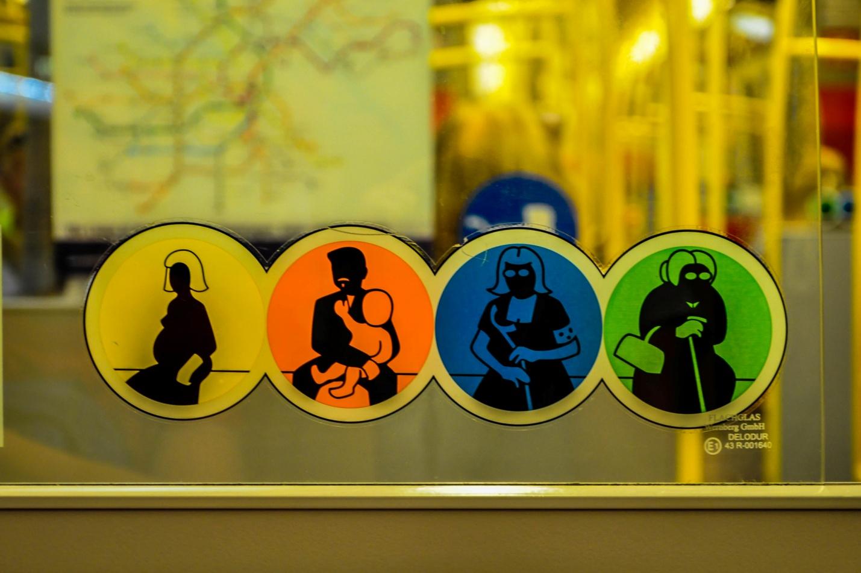 Знаки в общественном транспорте в Вене, Австрия