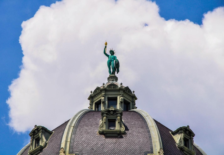 Скульптура на крыше здания в Вене, Австрия