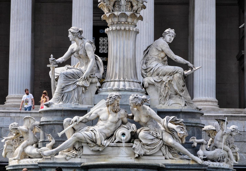 Скульптурная композиция Афины-Паллады с фонтаном около здания австрийского парламента, Вена