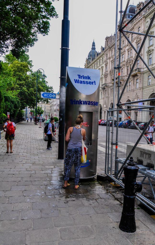 Фонтанчик питьевой воды на улице Вены, Австрия