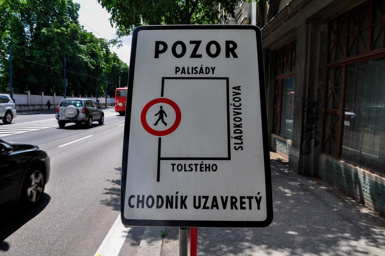 Знак с предупреждением в Братиславе, Pozor