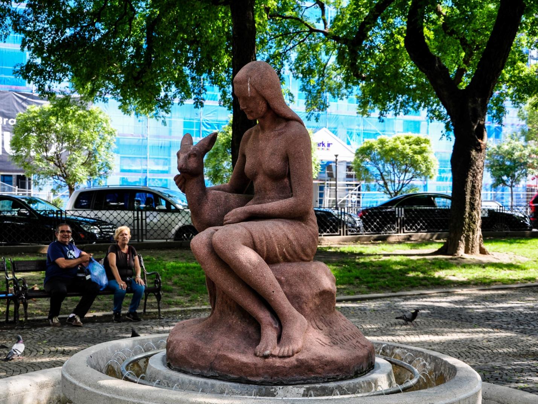 Фонтан «Девушка с олененком» в Братиславе