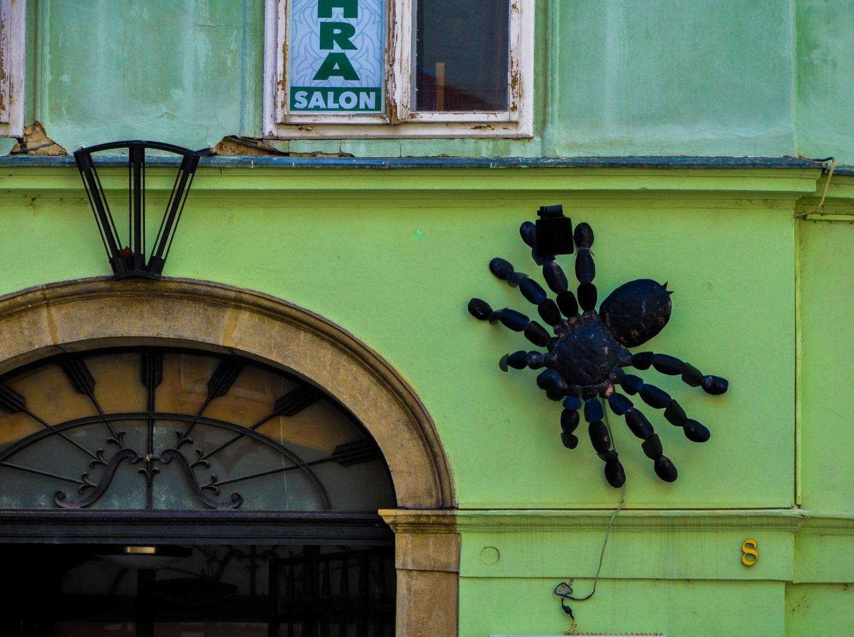 Большой паук на здании в Братиславе