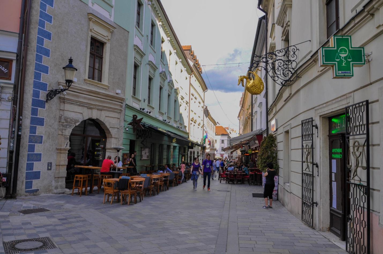 Уличные кафе на улицах старого города в Братиславе