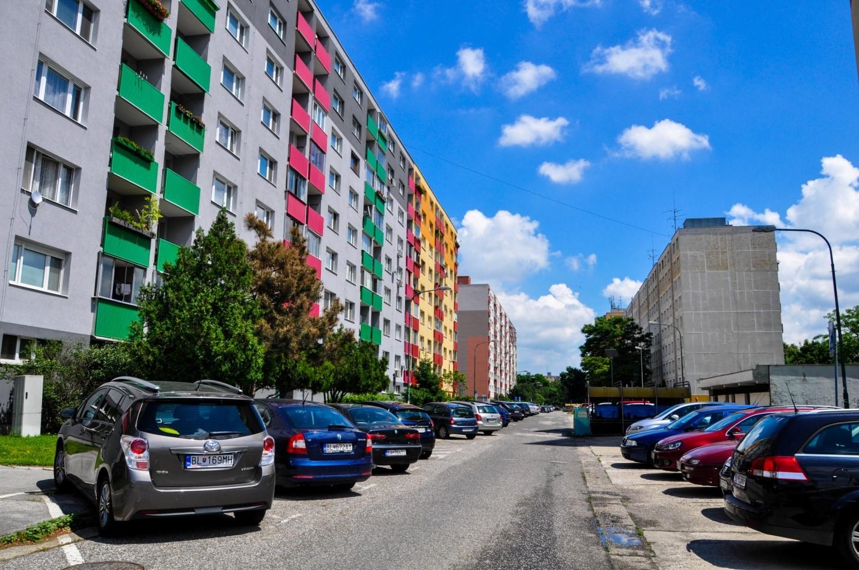 Разноцветные балконы в спальном районе Братиславы
