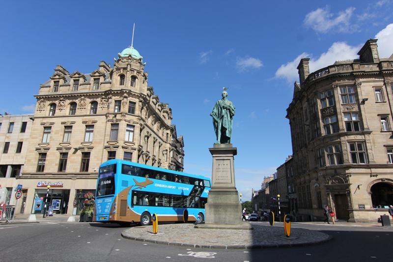 Маленькая площадь со статуей в Эдинбурге, Шотландия
