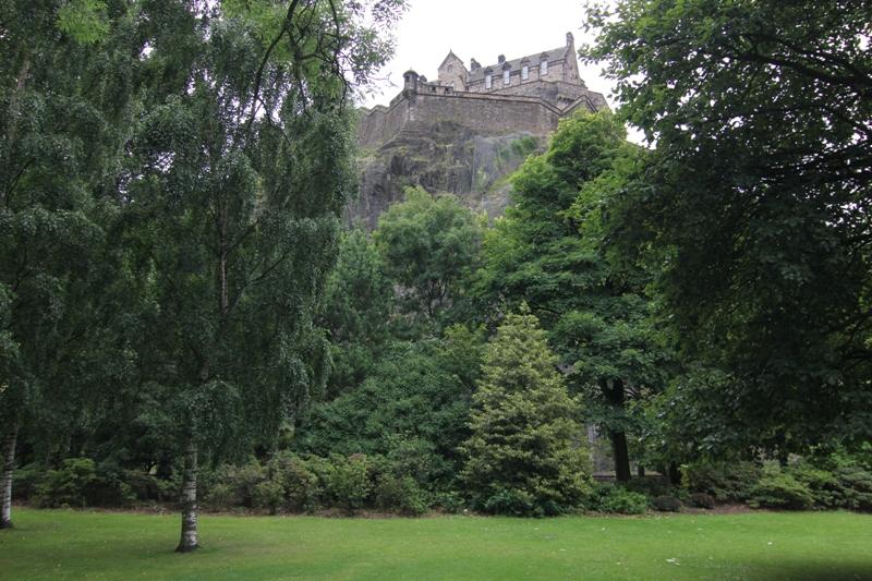 Вид снизу на замок в Эдинбурге