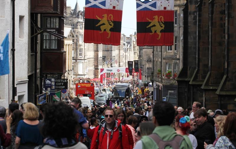 Туристическая многолюдная улица в Эдинбурге