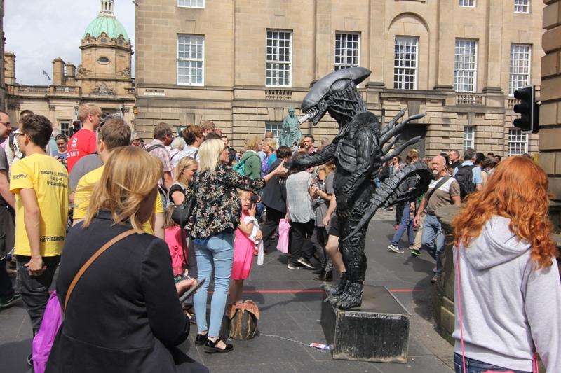 Уличные артисты в Эдинбурге, Чужой