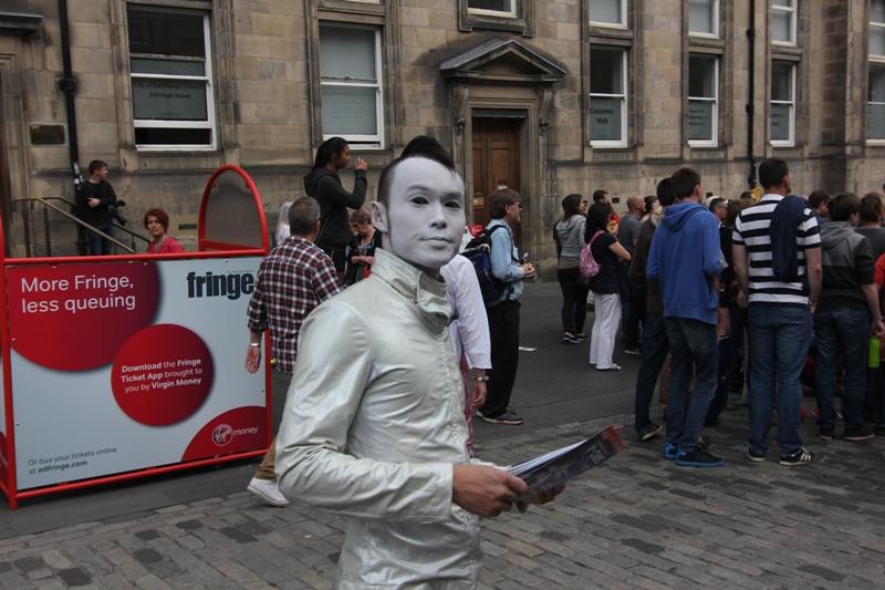 Фрик раздает листовки в Эдинбурге