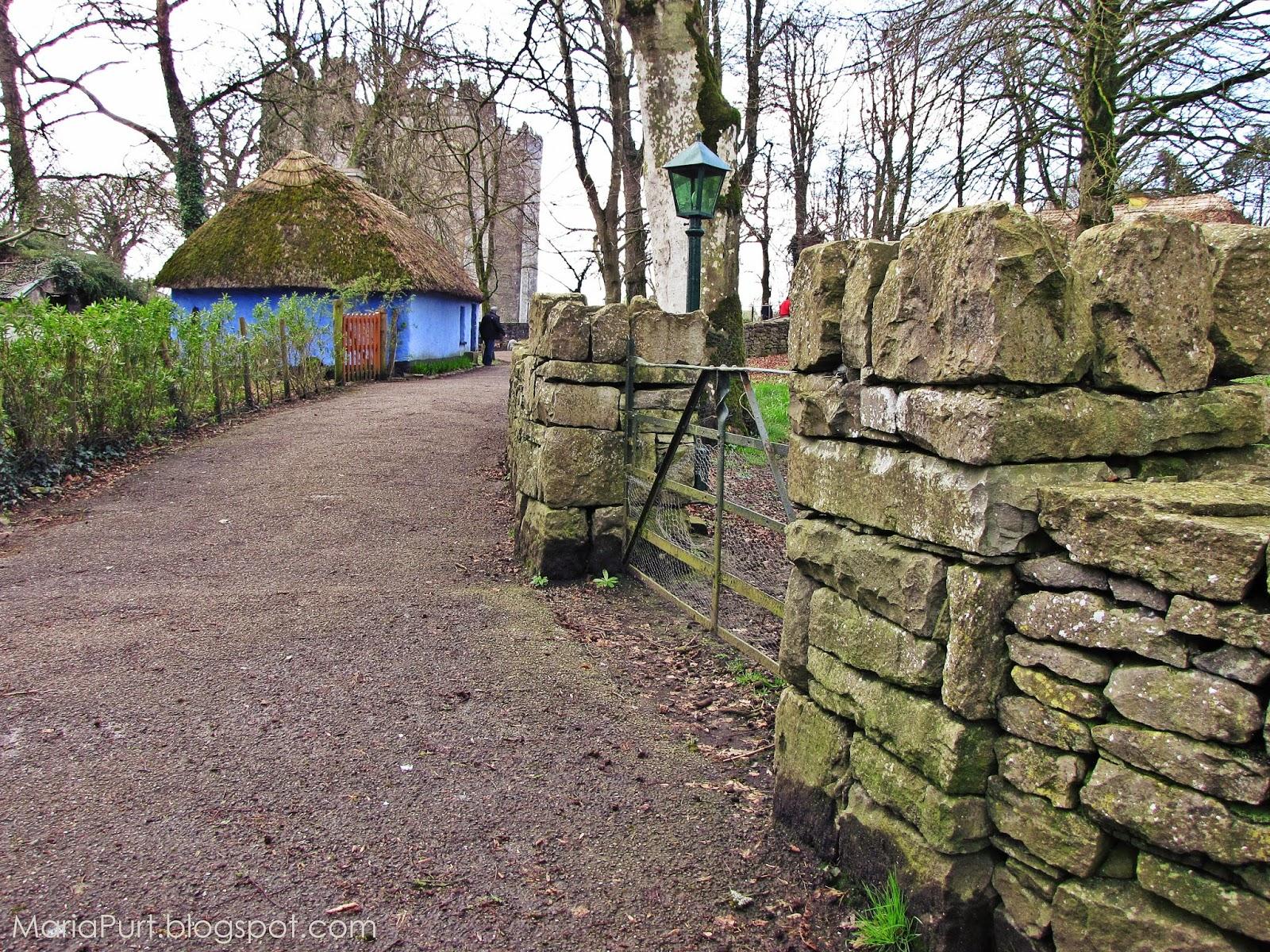 Около замка в городе Бунратти, Ирландия