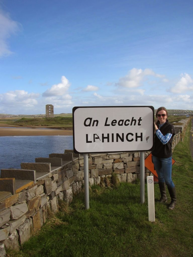 Дорожный знак населенного пункта в Ирландии