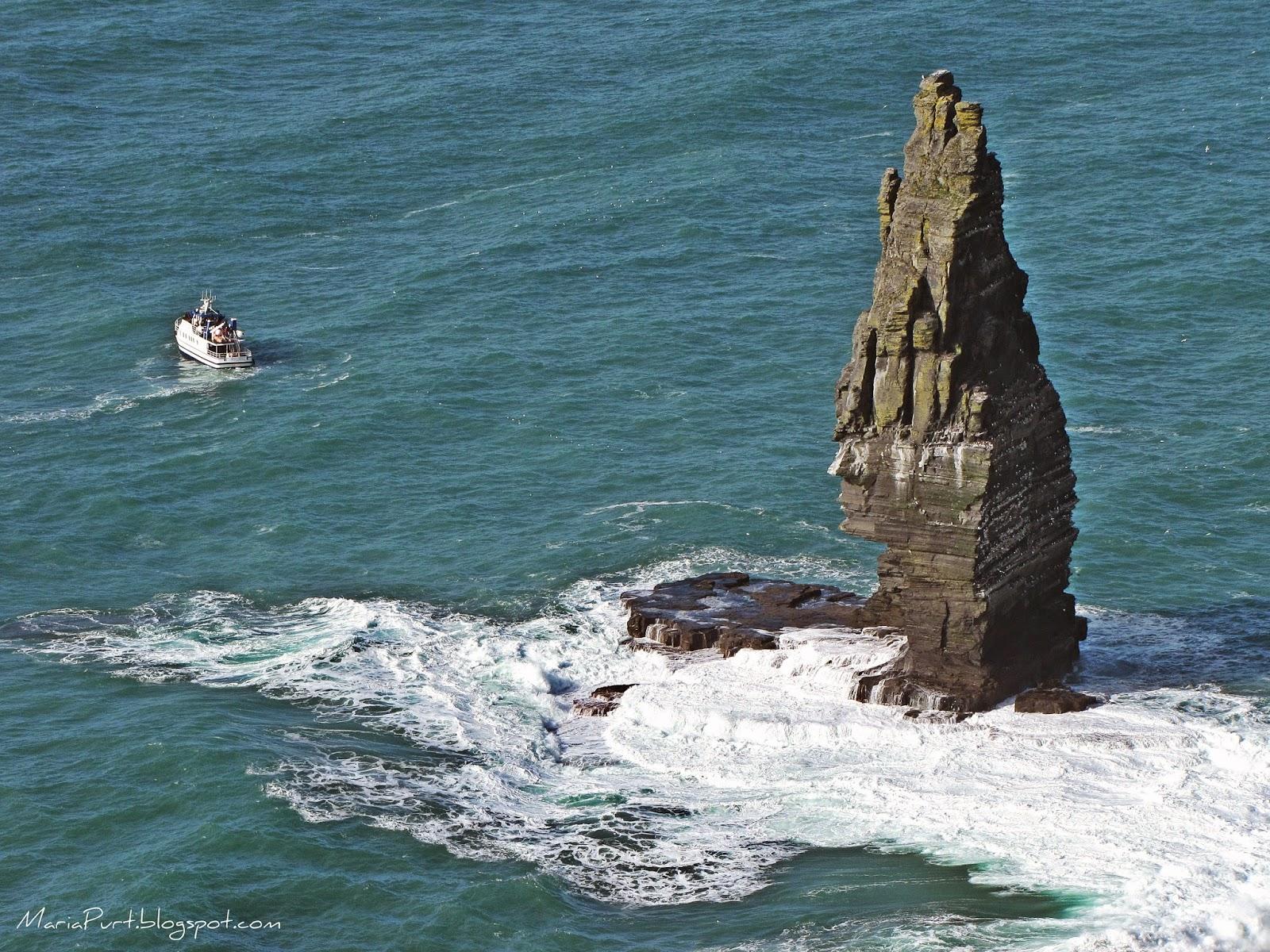 Катер около Скал Мохер, Ирландия