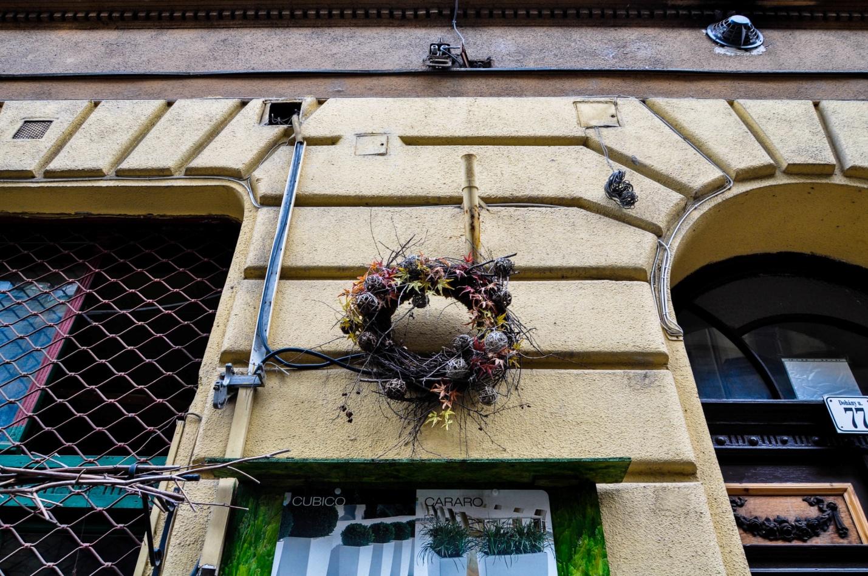 Венок на стене дома в Будапеште, Венгрия