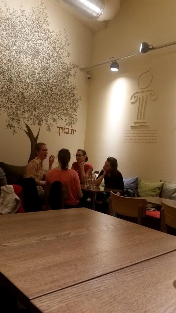 Интерьер внутри Hummus bar, Будапешт, Венгрия