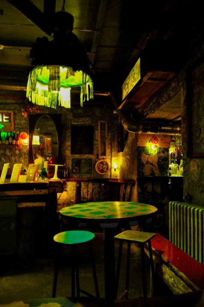 Интерьер внутри руин-бара Szimpla Kert в Будапеште, Венгрия