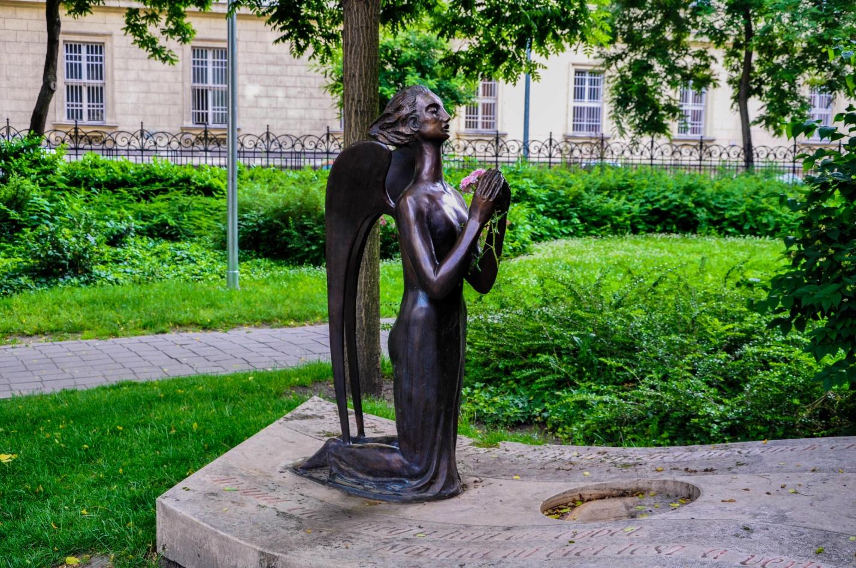 Памятник рядом с церквью в Будапеште, Венгрия