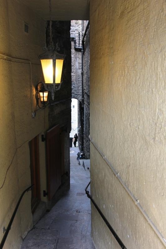 Узкая улочка в Эдинбурге, Шотландия