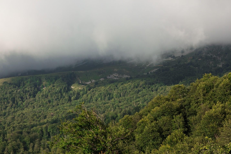 Панорама гор в облаках около Водопадистого, Краснодарский край, Кубань
