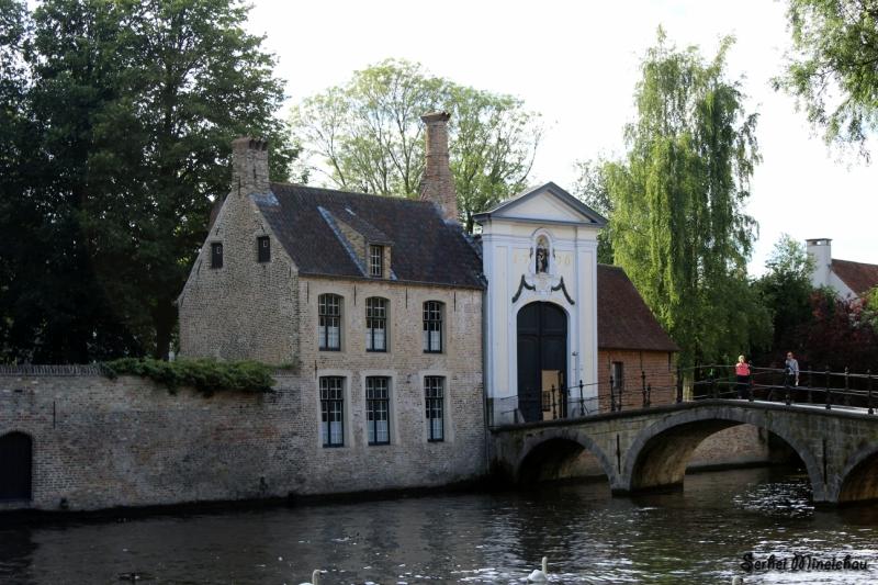 Дом с мостом около канала в Брюгге