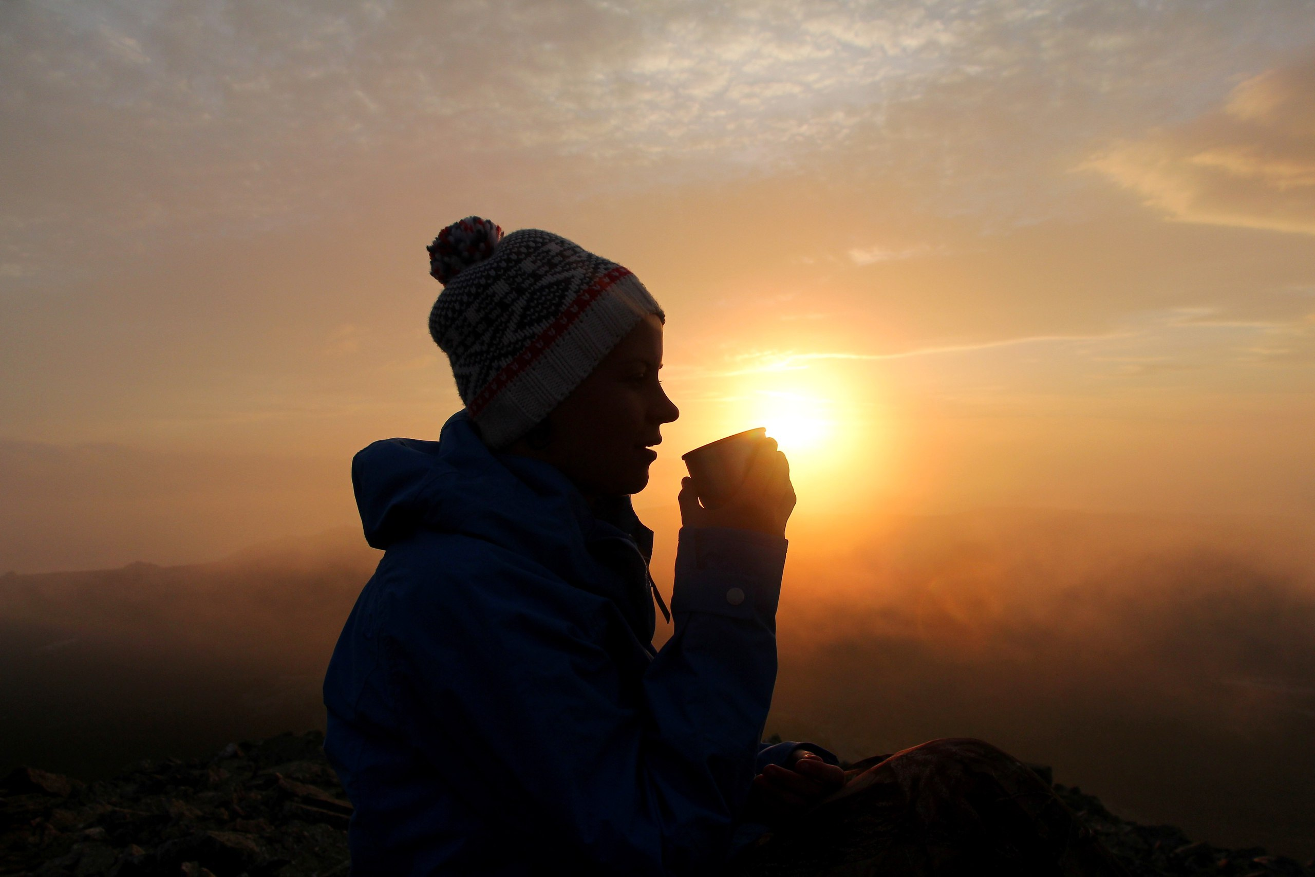 Туристка пьет чай в горах Урала