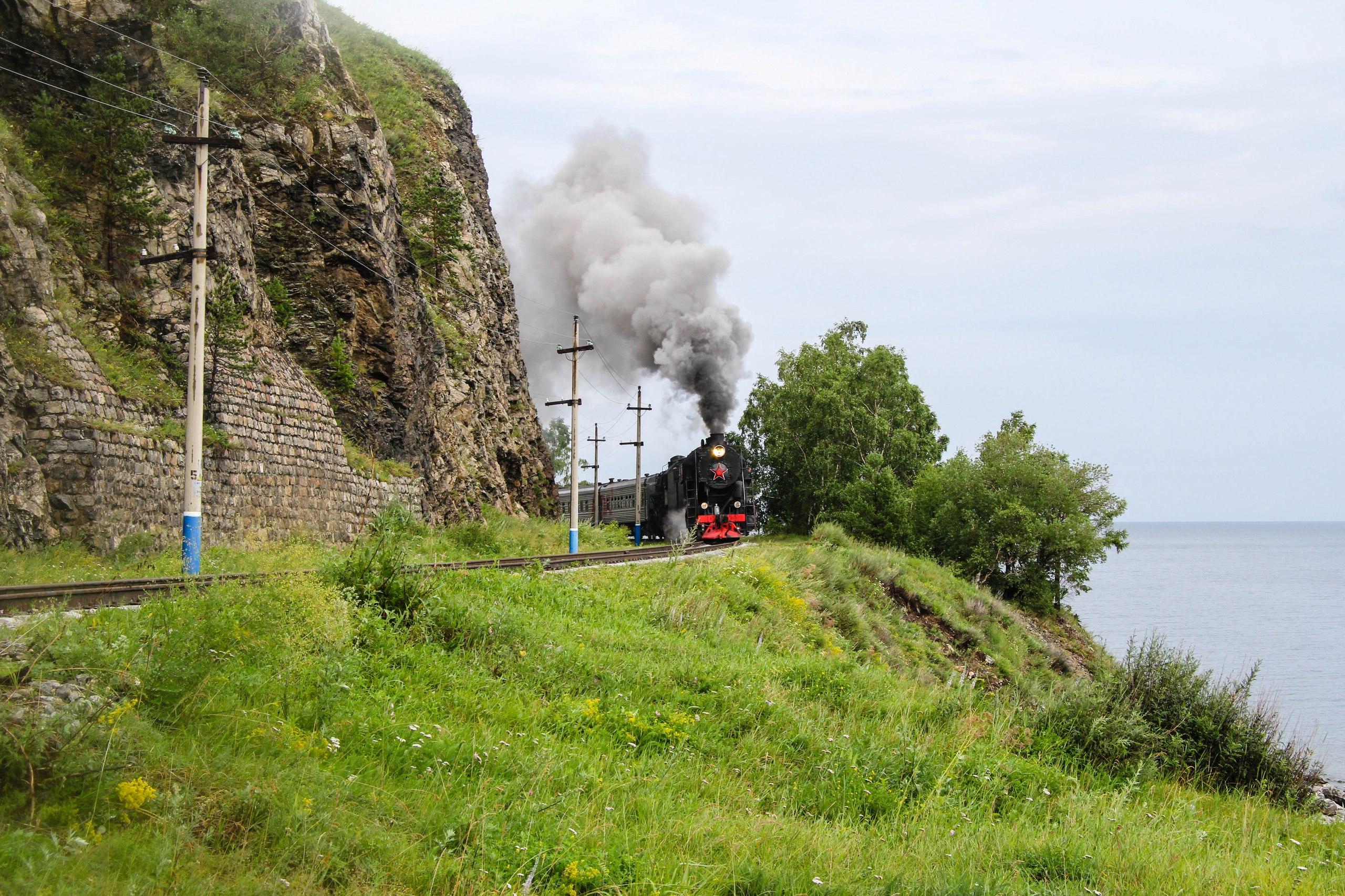Кругобайкальская железная дорога около озера Байкал. Старый поезд с паровозом