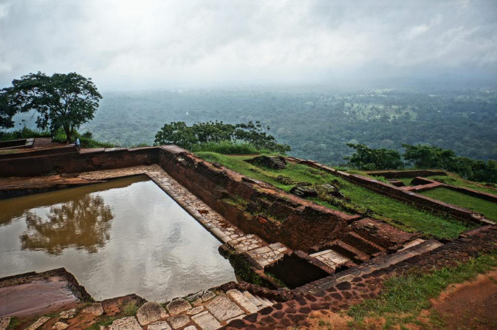 Древние бассейны на руинах на острове Цейлон, Шри-Ланка