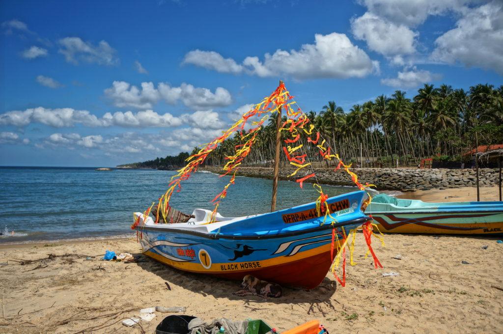 Украшенная рыбацкая лодка на Шри-Ланке