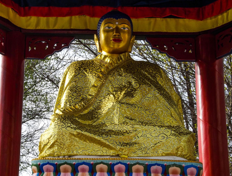 Статуя Будды Шакьямуни из белого мрамора, заключенная в шестигранную буддийскую ротонду, Элиста