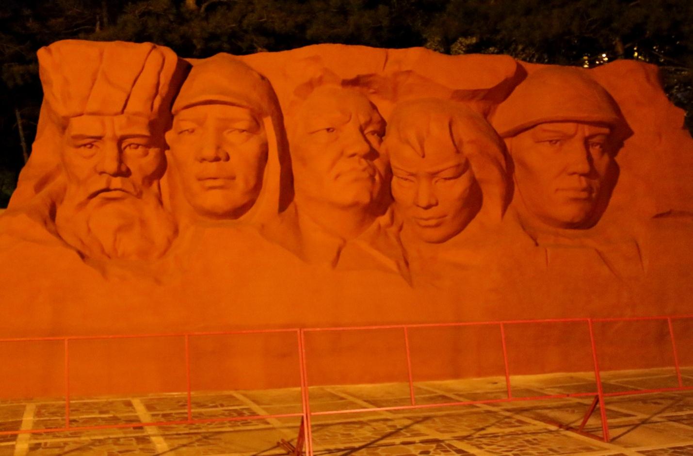 Трехметровая скульптурная композиция в мемориальном комплексе Гражданской и Великой Отечественной войн, Элиста