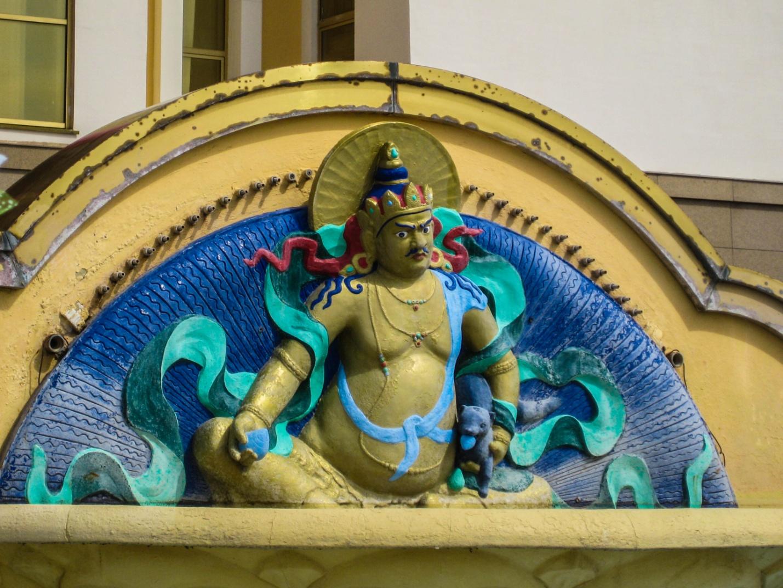 Статуя у фонтана у входа в Центральный хурул Элисты