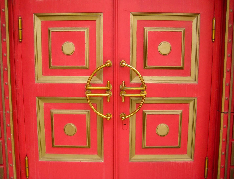 Двери центрального хурула Элисты
