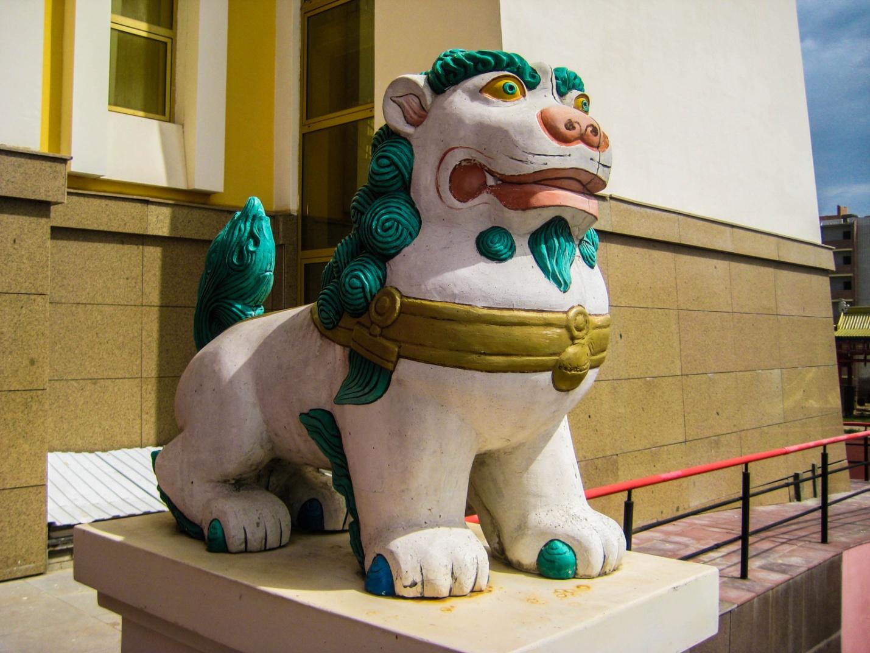Статуи снежных львов у входа в центральный хурул Элисты