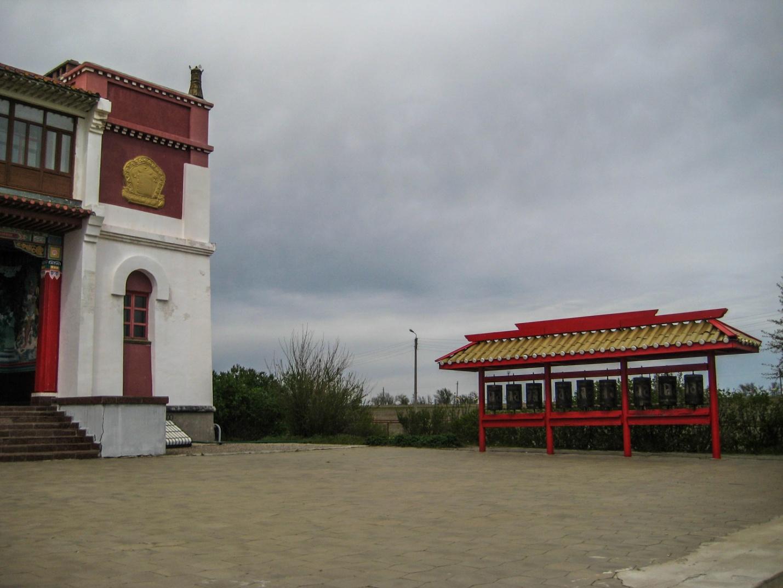 Молитвенные барабаны около старого хурула, Элиста
