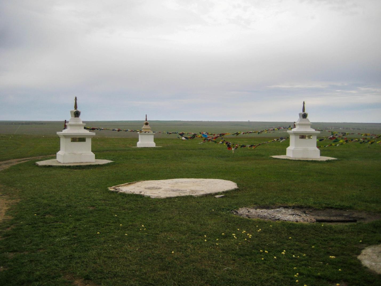 Ступы около священного тополя в степях Калмыкии около Элисты