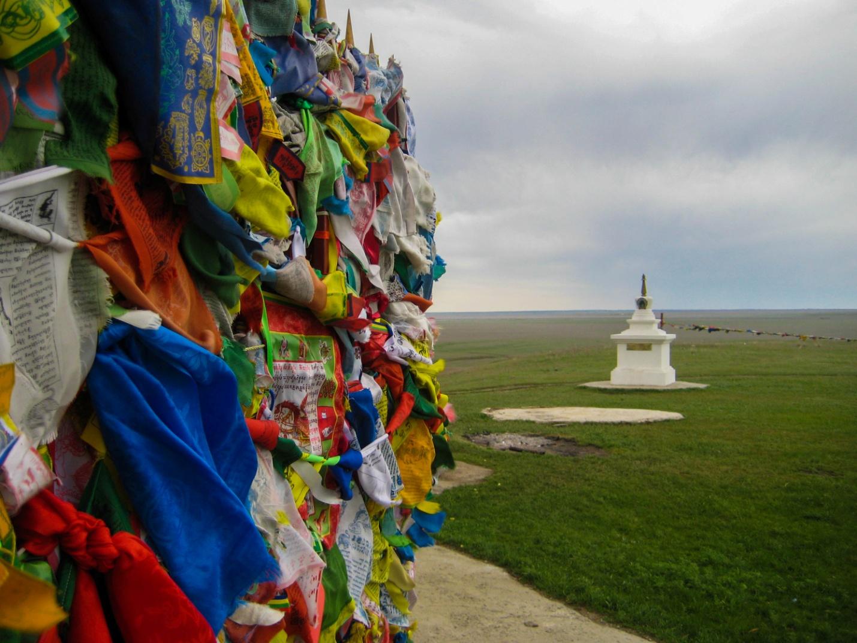 Молитвенные флажки около священного тополя в степи Калмыкии около Элисты