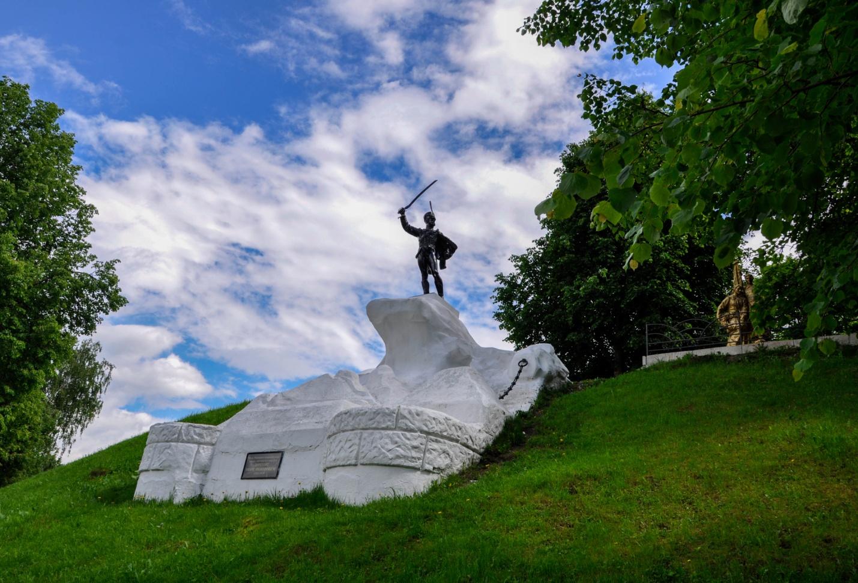 Памятник генералу Дорохову в Верея