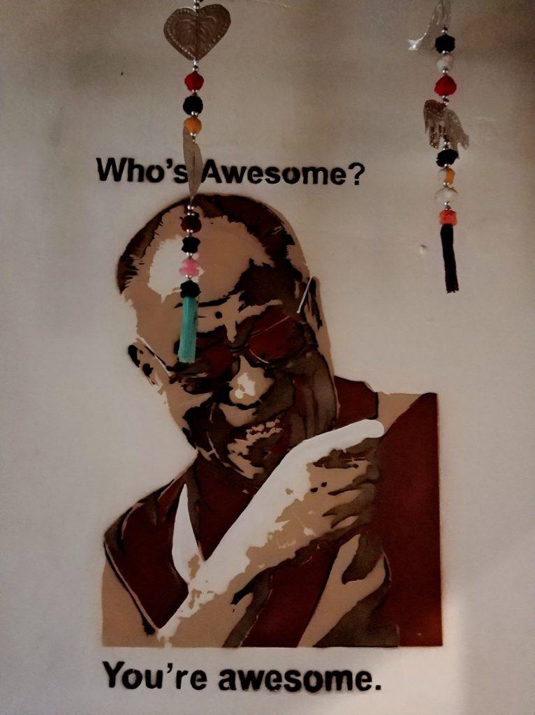 Рисунок над умывальником в хостеле в Джокьякарте, Ява