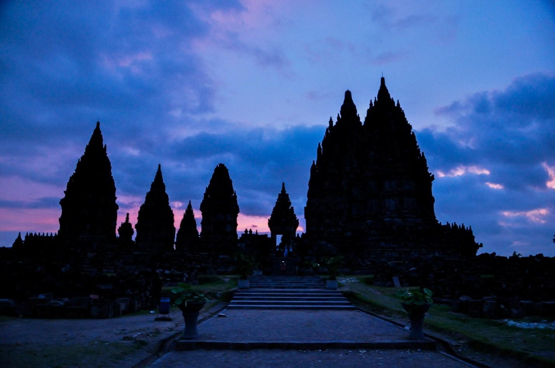 Закат над храмом на острове Ява, Индонезия