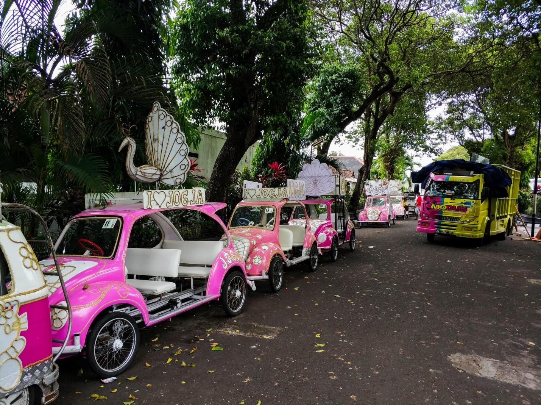 Машины с символикой hello kitty, остров Ява