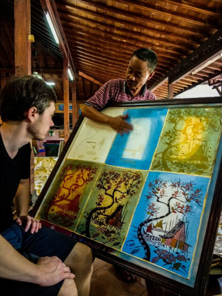 Travel Bug Club в мастерской батика на острове Ява, Индонезия