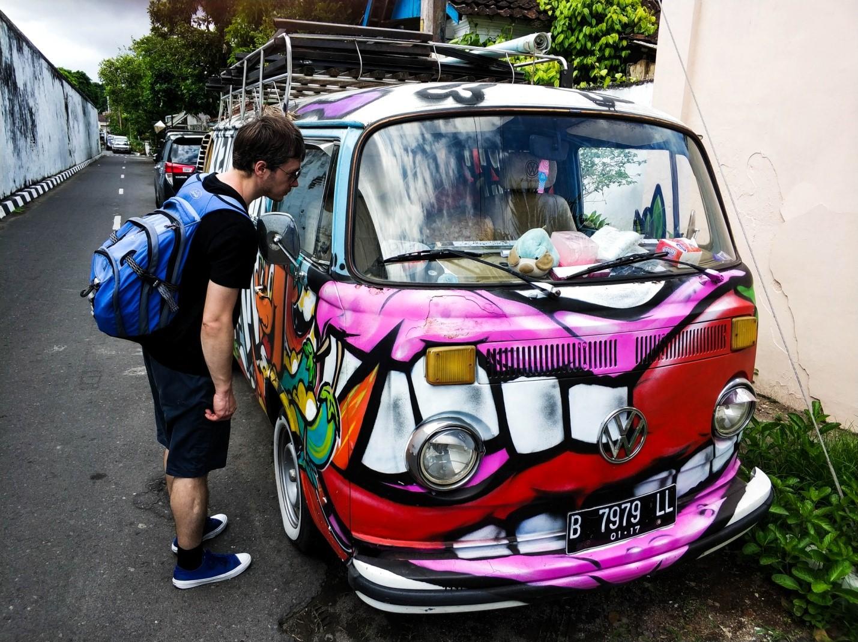Volkswagen Bulli на улице острова Ява