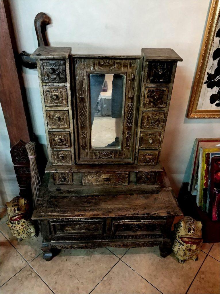 Старая мебель на острове Ява, Индонезия