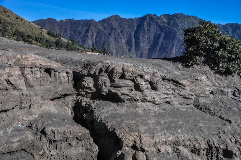 Статуи в лаве