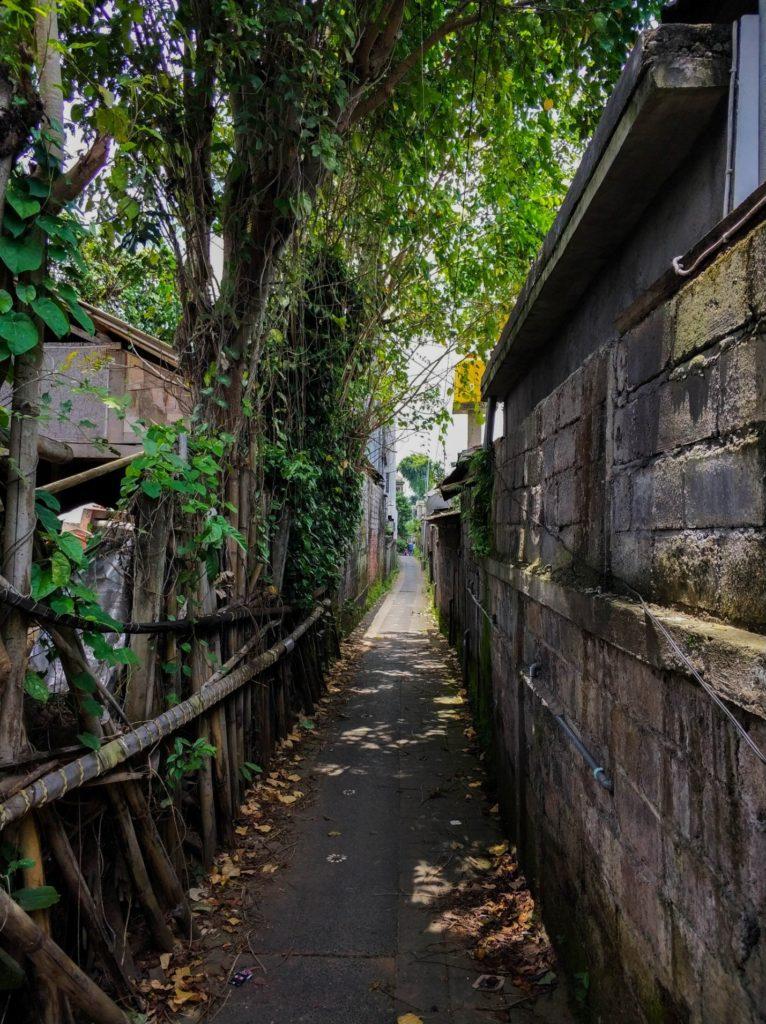 Узкая улица в городе Убуд, Бали