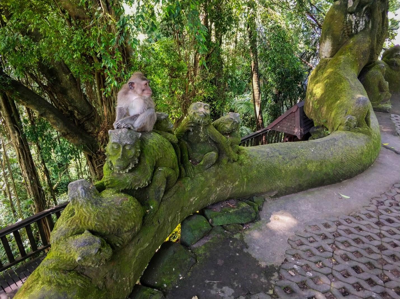 Скульптура и обезьяна в Лесу обезьян, Убуд, Бали
