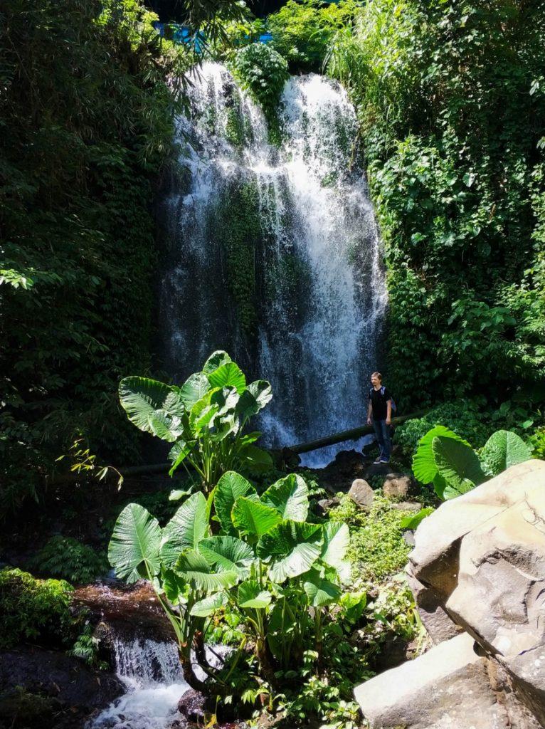 Travel Bug Club у водопада на острове Ява