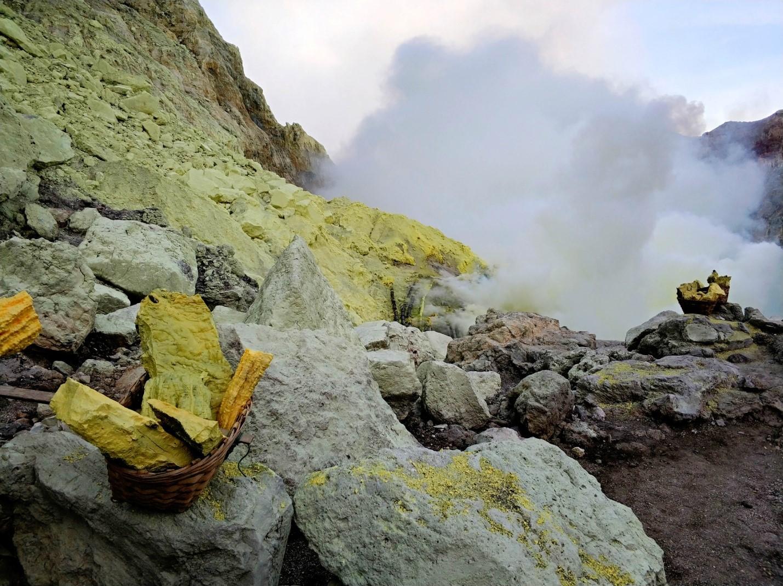 Сера в вулкане Иджен